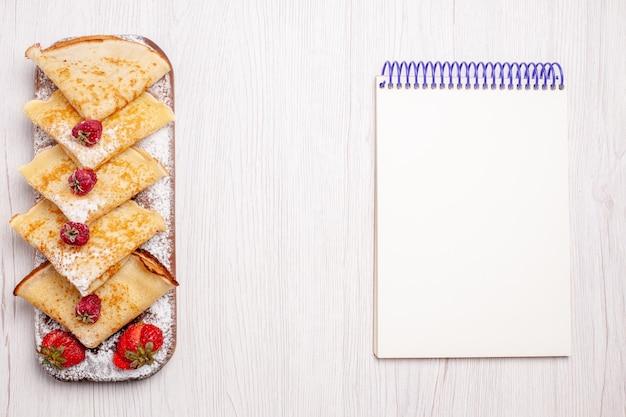 흰색 책상에 과일과 함께 상위 뷰 맛있는 팬케이크 달콤한 디저트 과일 팬케이크 설탕