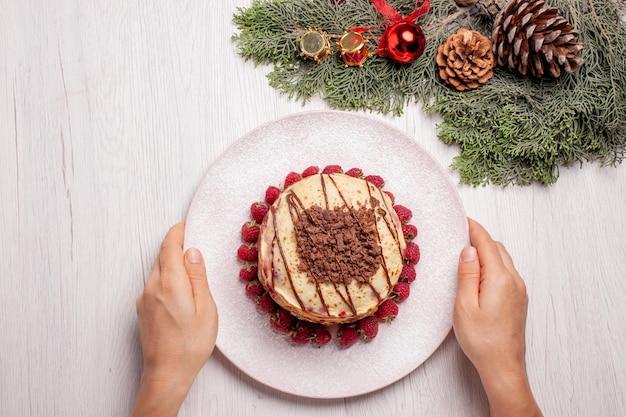 밝은 흰색 책상 파이 과일 비스킷 달콤한 베리 케이크에 딸기와 상위 뷰 맛있는 팬케이크