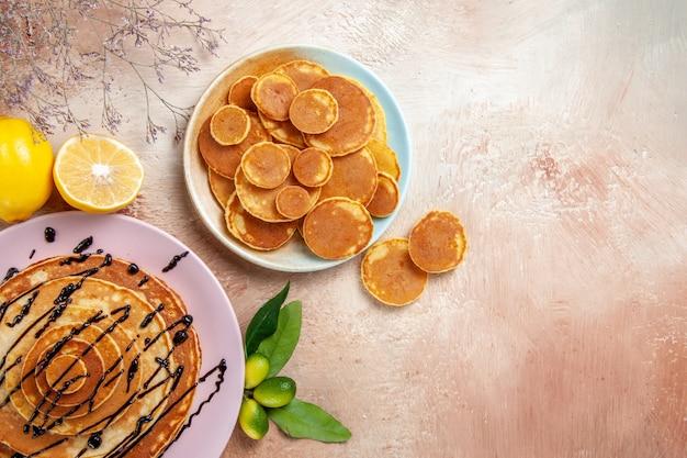 Vista dall'alto su deliziose frittelle con vari ingredienti