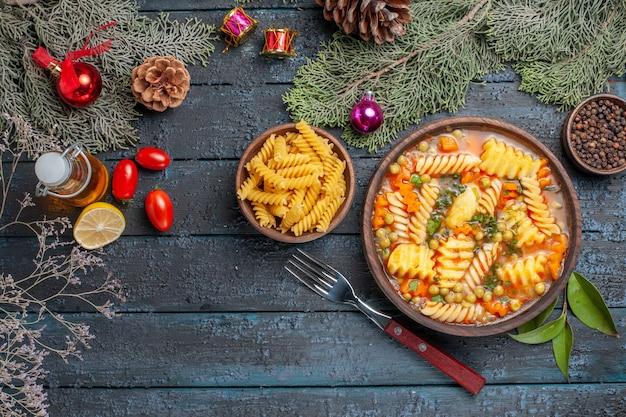 진한 파란색 책상 접시 요리 색 수프 파스타에 나선형 이탈리아 파스타에서 상위 뷰 맛있는 파스타 수프