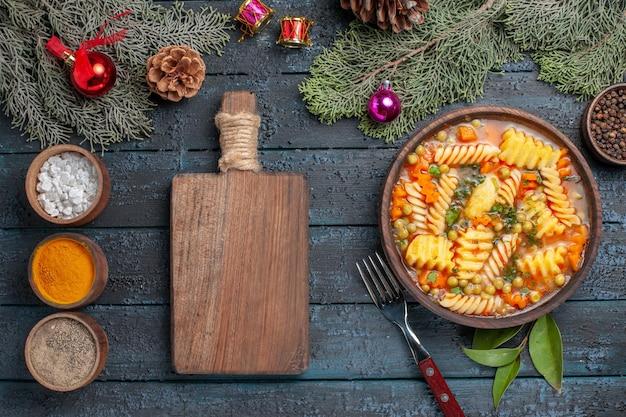 진한 파란색 책상 접시 요리 컬러 수프 파스타에 조미료와 나선형 이탈리아 파스타에서 상위 뷰 맛있는 파스타 수프