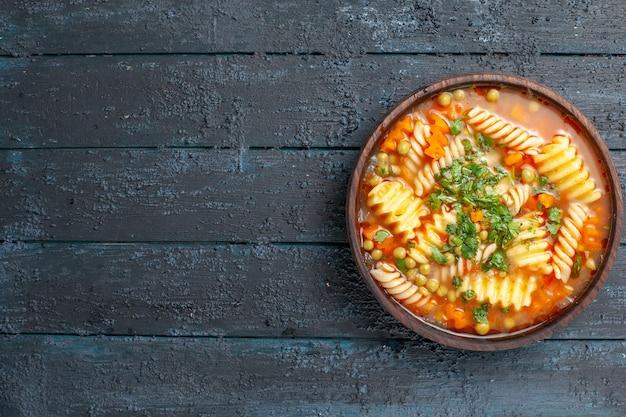 어두운 책상 접시에 접시 안에 채소와 야채와 함께 상위 뷰 맛있는 파스타 수프 이탈리아 파스타 수프 디너 소스