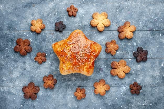 Vista dall'alto della deliziosa stella di pasticceria a forma di con i biscotti sulla torta di zucchero da forno leggera e dolce