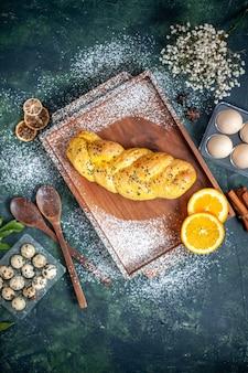 紺色の表面にさまざまな卵が入ったトップビューのおいしいペストリー