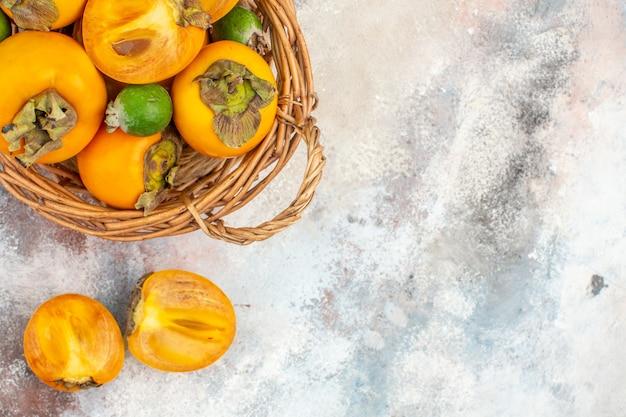 ヌードの背景に籐のバスケットのトップビューおいしい柿feykhoas