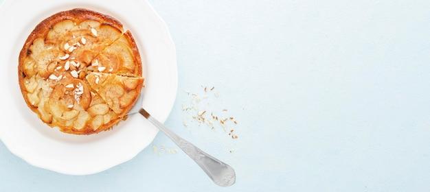 Вид сверху вкусный пирог и ложка
