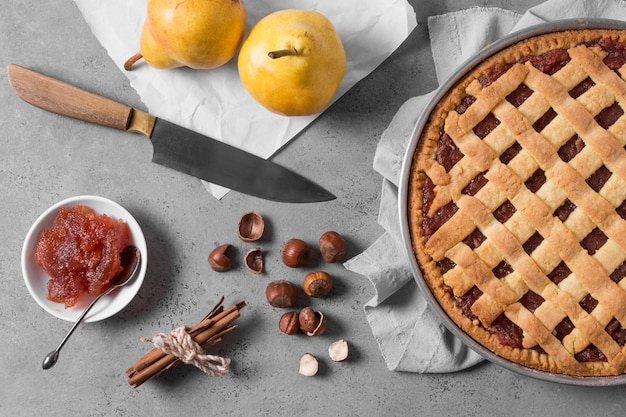 Вид сверху вкусный пирог и грецкие орехи