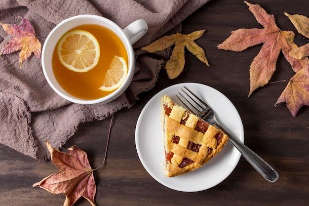 Вид сверху вкусный кусок пирога и чашка чая