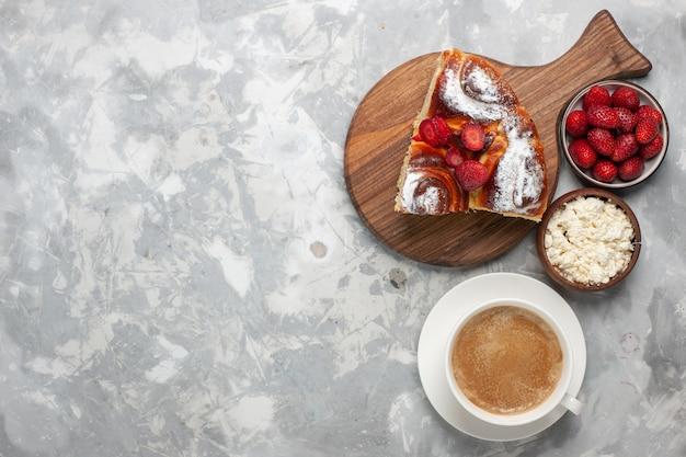 Вид сверху вкусный кусочек пирога со свежей красной клубникой и кофе на светло-белом столе, пирог, бисквит, сладкий чай, сахарное печенье