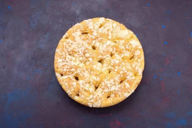 Вид сверху вкусный сладкий и запеченный пирог на темном фоне пирог сахарный сладкий бисквит