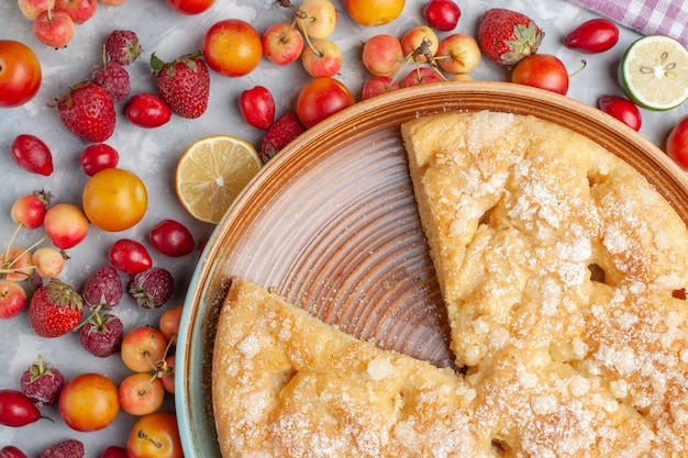 Вид сверху вкусный сладкий пирог, запеченный с фруктами на светлом столе, фруктовый свежий спелый сладкий бисквит