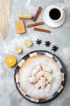 Вид сверху вкусный пирог с зефиром на белом