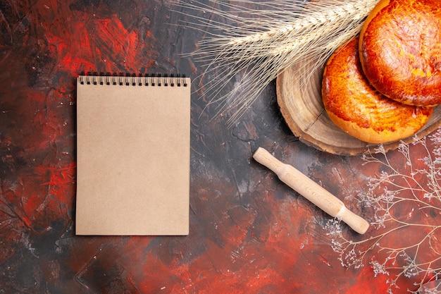 トップビューダークテーブルケーキペストリー甘いパイのお茶のためのおいしいパイ