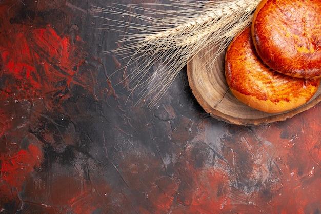 トップビューダークテーブルケーキパイペストリー甘いお茶のためのおいしいパイ