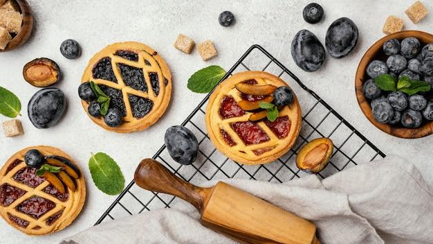 Vista dall'alto di deliziose torte con frutta