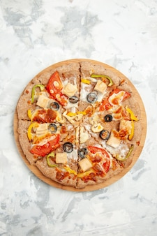 トップビュー白い背景にチーズトマトとオリーブのおいしいピザファーストフード配達食事生地パイケーキ焼き