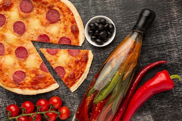 スタッコの背景を持つ上面図おいしいピザ