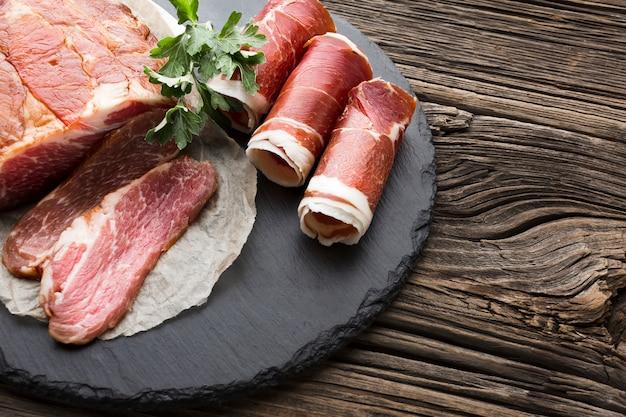 Вид сверху вкусной свинины на тарелке