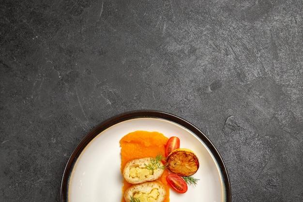 トップビューダークグレーの背景にカボチャの内側のプレートとおいしいポテトパイオーブン焼き色皿ディナースライス