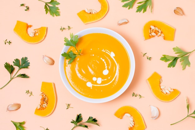 テーブルの上のトップビューおいしいカボチャスープ
