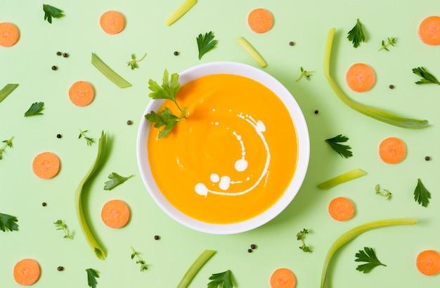 Вид сверху вкусный суп из тыквы на столе