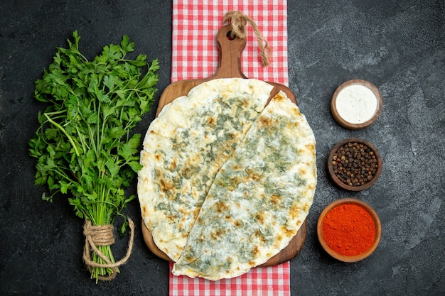 平面図おいしいqutabsは灰色のスペースでさまざまな調味料で生地のスライスを調理しました