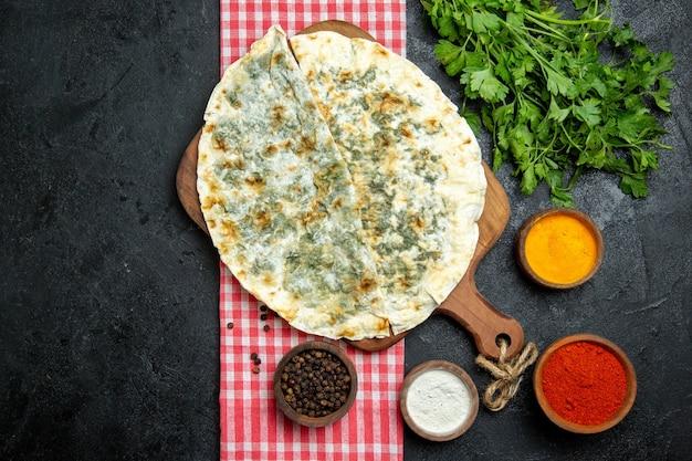 平面図おいしいqutabsは、灰色のスペースに調味料と緑の生地スライスを調理しました