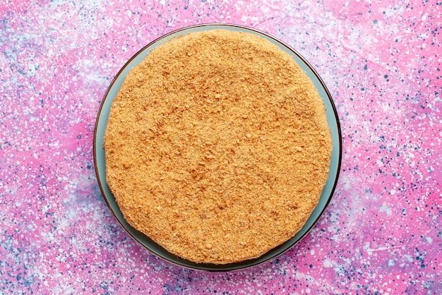 Вид сверху вкусный круглый торт внутри стеклянной тарелки на ярком столе торт пирог бисквит сладкая выпечка сахар