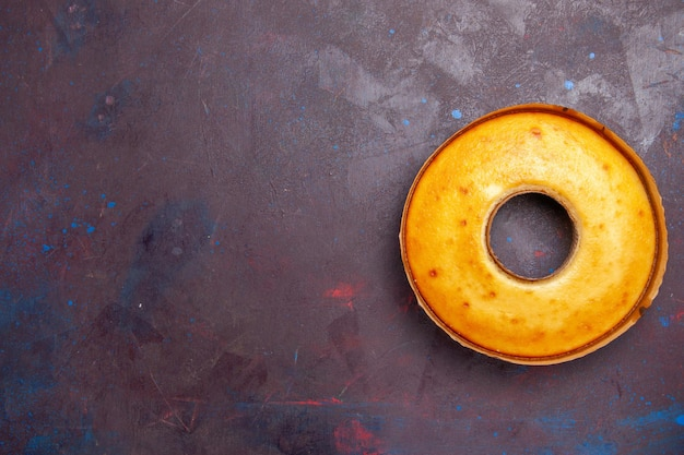上面図おいしい丸いケーキ暗い背景のお茶にぴったりの甘いパイお茶の甘いパイ砂糖生地ケーキ