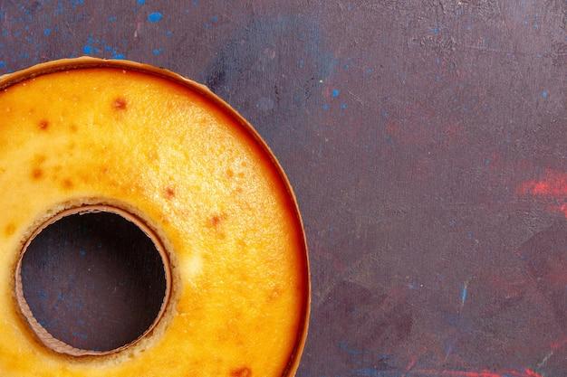 Vista dall'alto deliziosa torta rotonda torta dolce perfetta per il tè sullo sfondo scuro torta dolce di tè torta di pasta di zucchero