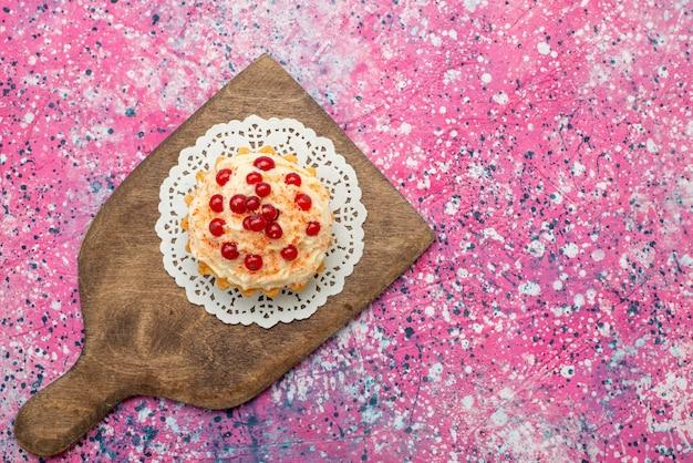 紫の表面の砂糖に新鮮な赤いクランベリーと平面図おいしい丸いケーキ