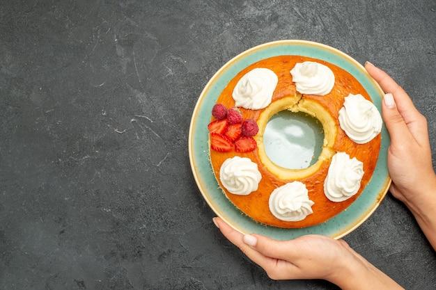 Vista dall'alto deliziosa torta rotonda con frutta e crema su sfondo scuro biscotto di zucchero torta di biscotto torta dolce