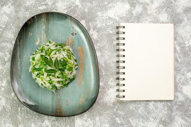 La deliziosa insalata vista dall'alto è composta da verdure e cavolo all'interno del piatto