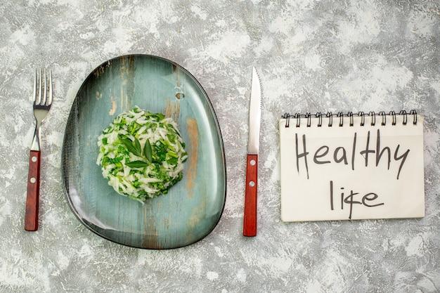 Вид сверху вкусный салат состоит из зелени и капусты. здоровый образ жизни