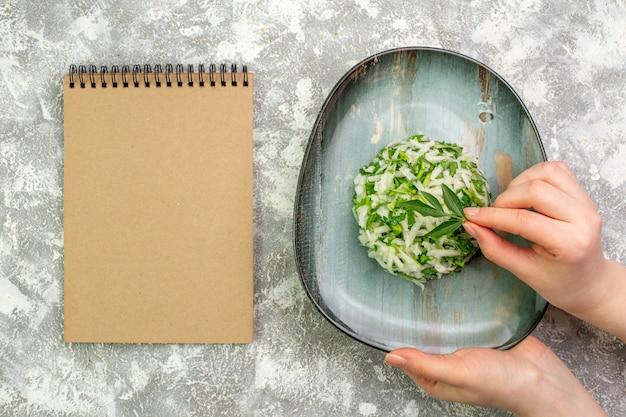Вид сверху вкусный салат состоит из зелени и капусты внутри тарелки o