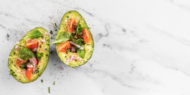 Вид сверху вкусный салат из авокадо