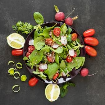 Вид сверху вкусный салат из овощей