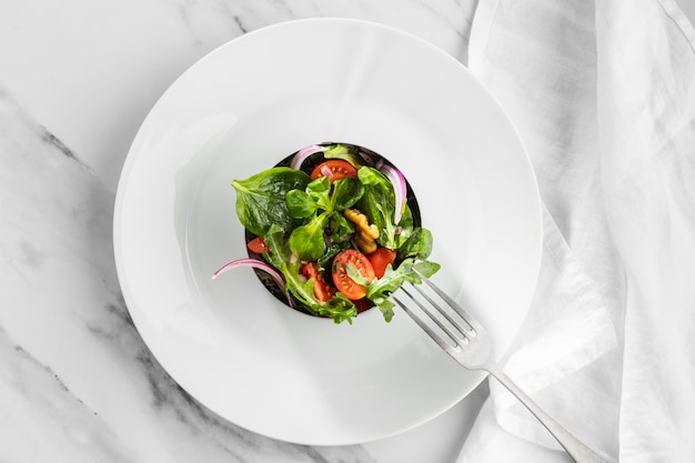 Вид сверху вкусный салат на белой тарелке