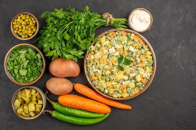 Vista dall'alto di una deliziosa insalata con verdure fresche sulla superficie scura
