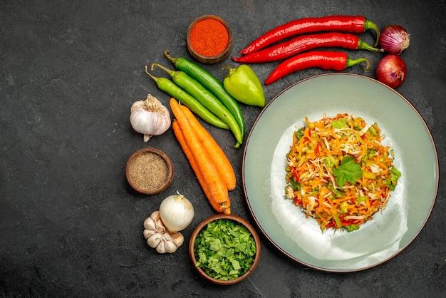Вид сверху вкусный салат со свежими овощами на темном столе еда диетический салат здоровье