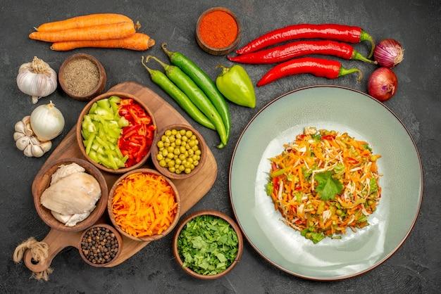 灰色のテーブルダイエット食品サラダの健康に新鮮な野菜を使ったトップビューのおいしいサラダ
