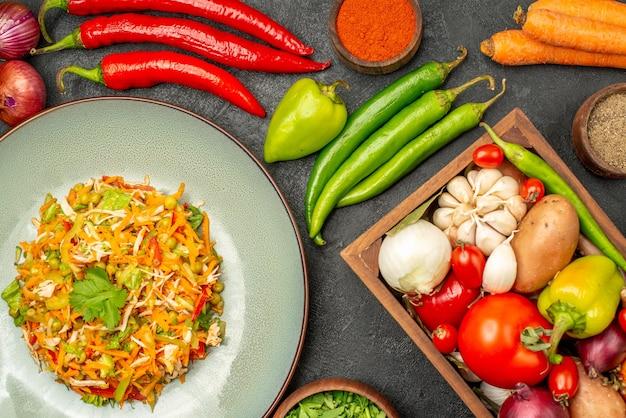 Вид сверху вкусный салат со свежими овощами на сером столе еда диетический салат здоровье
