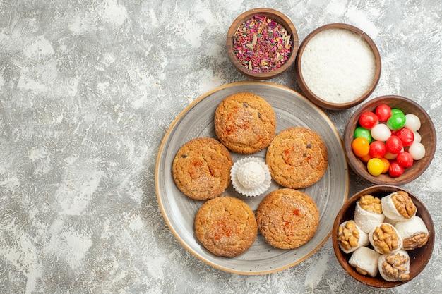 Vista dall'alto deliziosi biscotti di sabbia con caramelle su sfondo bianco