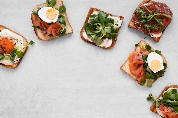 Вид сверху вкусные бутерброды расположение с копией пространства