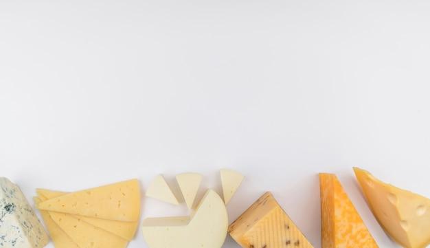 Vista dall'alto deliziosa selezione di formaggi con spazio di copia