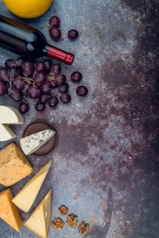 Вид сверху вкусный выбор сыра с вином и виноградом