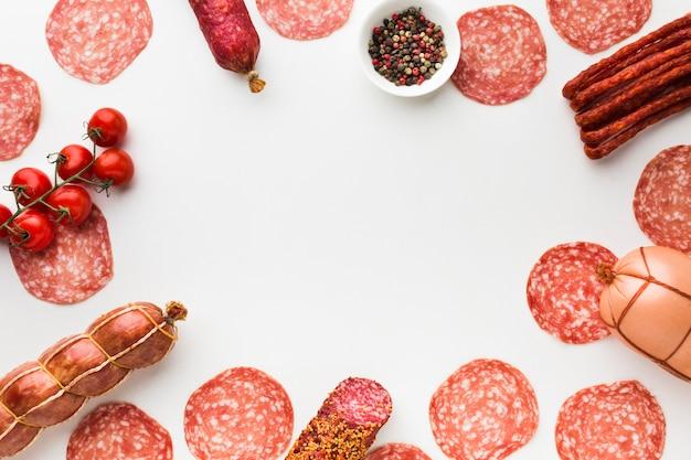 Вид сверху вкусный выбор мяса на столе