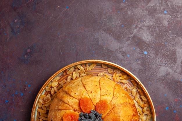 상위 뷰 맛있는 shakh plov 어두운 보라색 배경 식사 반죽 요리 음식 쌀에 건포도와 쌀 식사를 요리