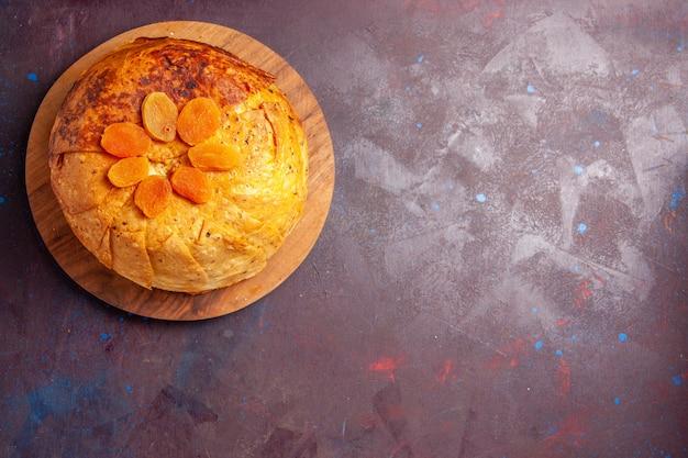 상위 뷰 맛있는 shakh plov 동부 식사는 어두운 배경에 둥근 반죽 안에 밥으로 구성됩니다. 쌀 반죽 식사 저녁 식사 음식