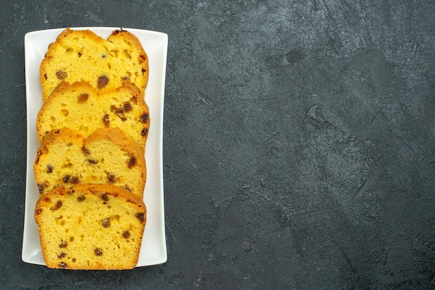 上面図暗い表面のプレート内のおいしいスライスケーキ甘いケーキビスケットティーパイティー